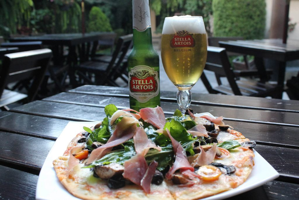 Pizza rúcula y jamón serrano con Stella Artois (Sensi beer and wine garden)