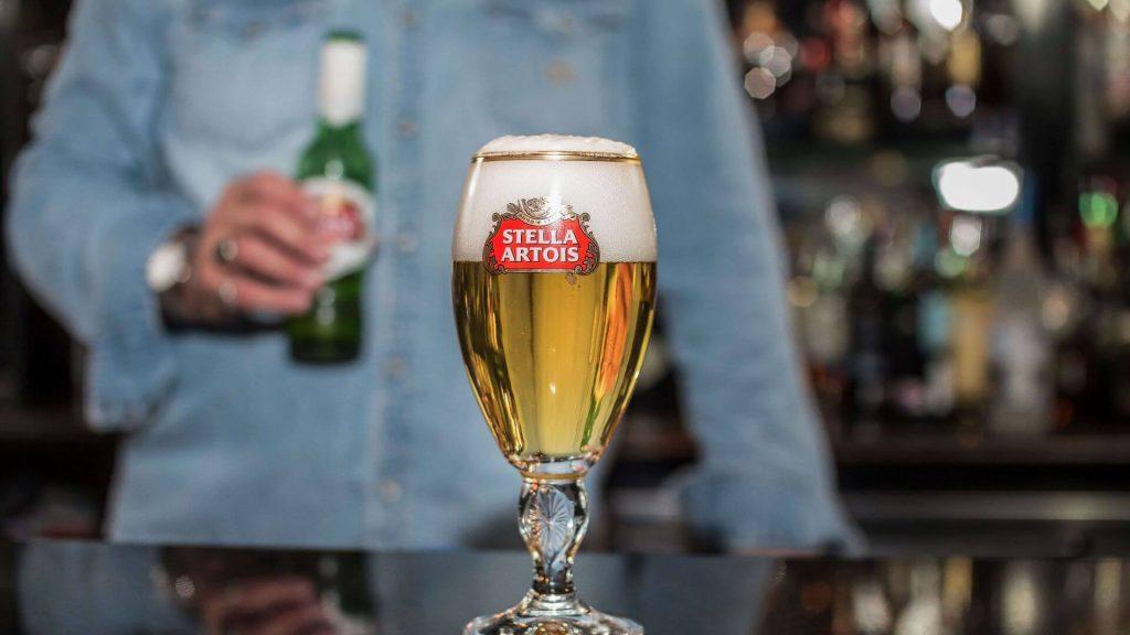 jake-cerveza-stella-artois-lager-belga-como-servir-sirviendo-bar-jakes-lounge