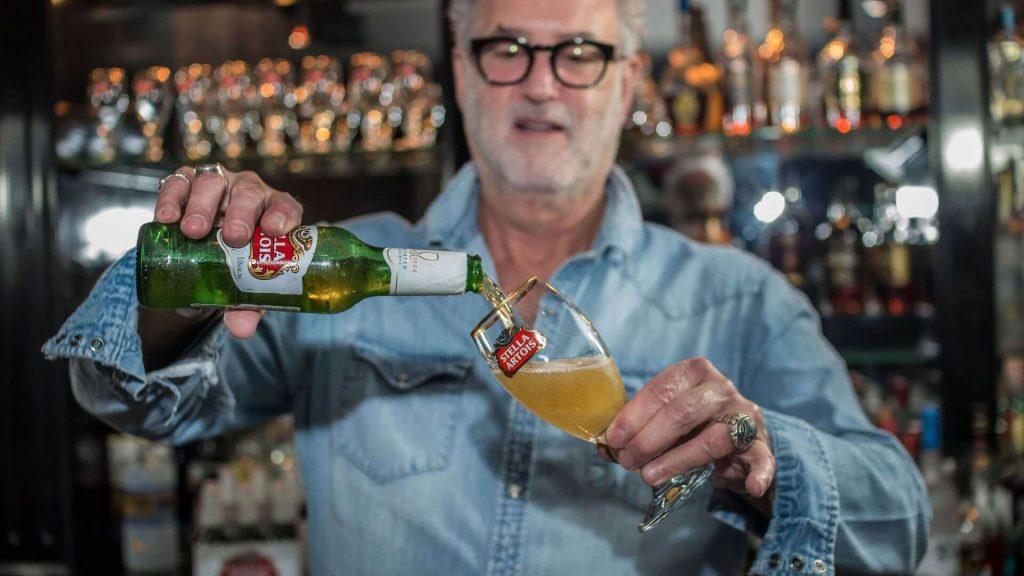 jake-stella-artois-cerveza-lager-belga-bar-como-servir-sirviendo-jakes-lounge