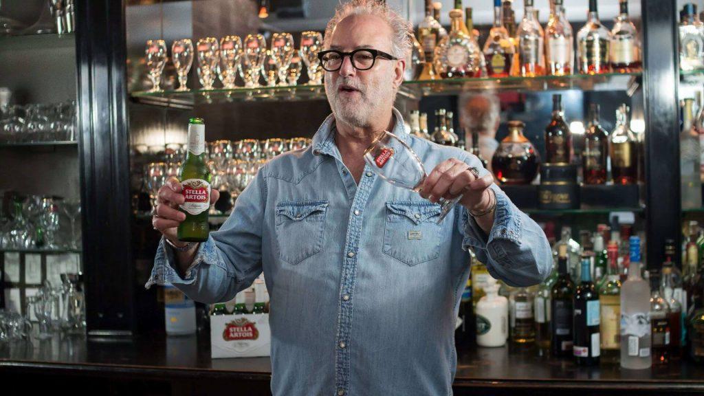 jake-stella-artois-cerveza-lager-belga-como-servir-jakes-lounge-bar-sirviendo