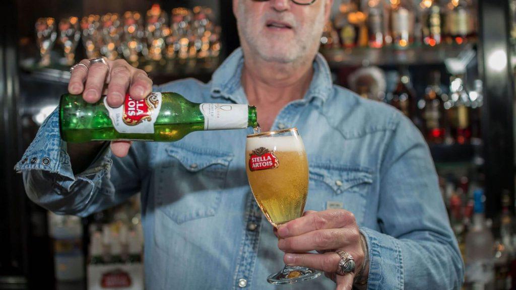 lounge-jake-stella-artois-cerveza-lager-belga-como-servir-sirviendo-bar-jakes