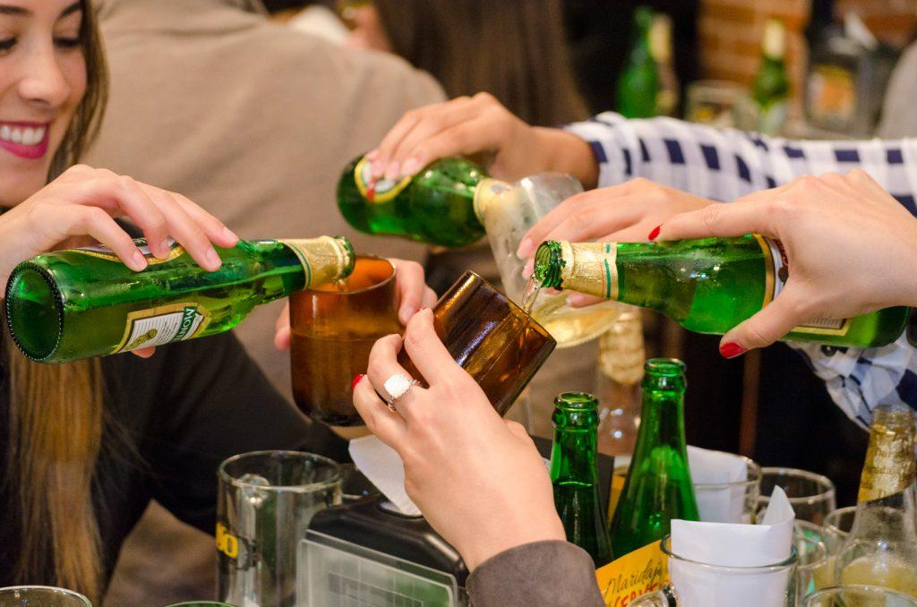 100-montaditos-cerveza-clara-maridajes-foodies-brindando-brindis-restaurante-guatemala