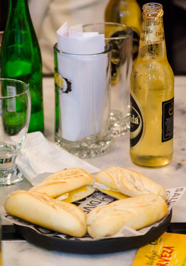 100-montaditos-maridajes-cerveza-clara-primer-montadito-mostaza-miel-queso-brie-experiencia-foodies-restaurante-guatemala