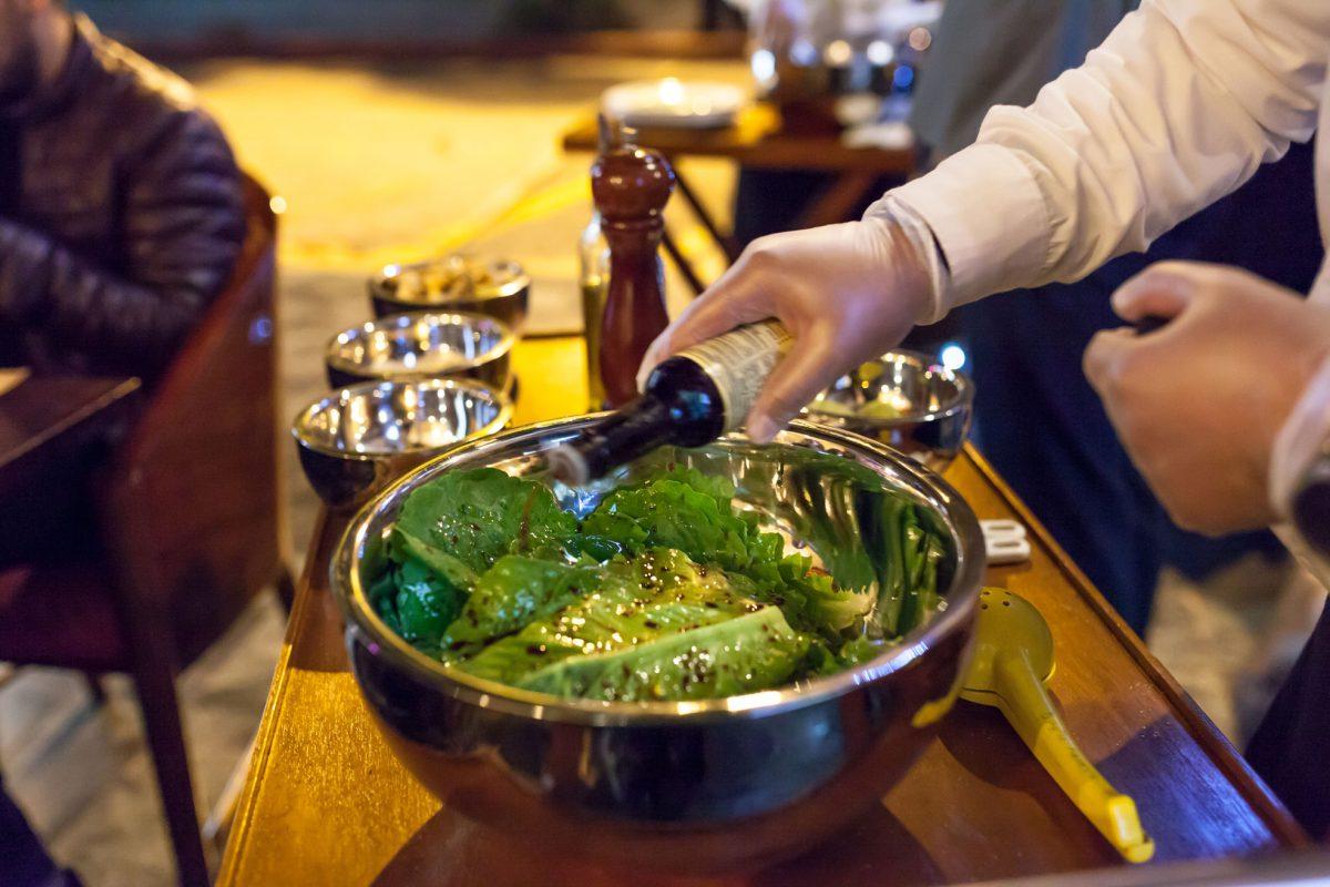 foodie-club-picasso-hotel-intercontinental-cena-ensalada-aviator-kitchen-table-cesar-preparacion-mesa