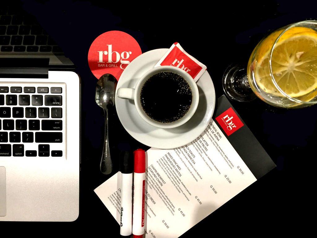 rbg-radisson-bar-grill-working-day-mister-menu-restaurante-oficina-sala-negocios-privada-trabajo-servicios-cafe-laptop-agua