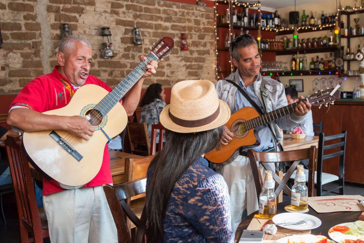 restaurante-el-che-cha-cerveza-modelo-walking-foodie-tour-pablo-bromo-lucia-guitarra-serenata-musica-zona-uno-1