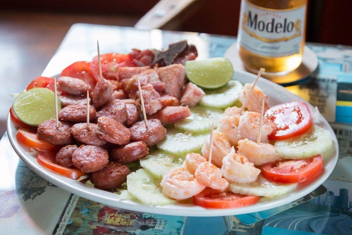 restaurante-el-che-cha-cerveza-modelo-walking-foodie-tour-pablo-bromo-zona-uno-1-plato-compartir-boquitas-chorizo