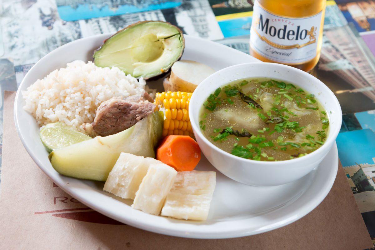 restaurante-el-che-cha-cerveza-modelo-walking-foodie-tour-pablo-bromo-zona-uno-1-plato-tipico-sopa-caldo