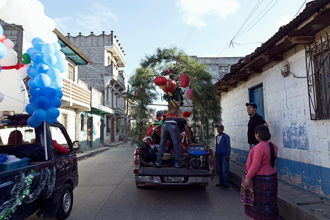 Carros adornados con motivo del desfile navideño en Comalapa