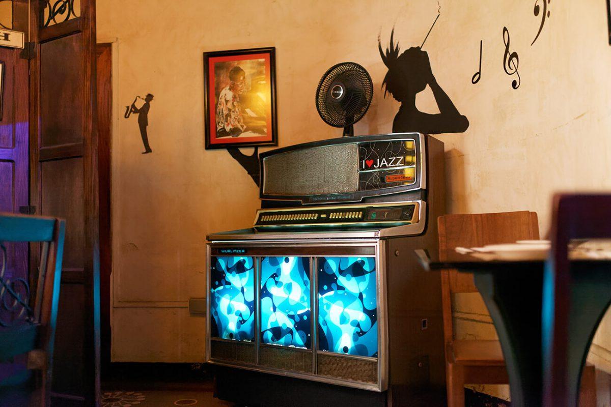 motoristas-bikers-guatemala-foodie-tour-mister-menu-revista-foodie-7-cerveza-modelo-un-dia-valeria-cerezo-motos-la-esquina-del-jazz-cafe-ambiente-restaurante-rockola
