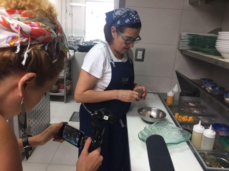 Chef Carla Vinatea preparándonos una de las especialidades de Melí Meló