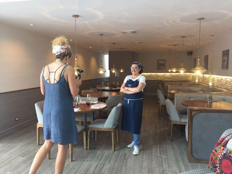 Ana Cosenza grabando a la Chef Carla Vinatea