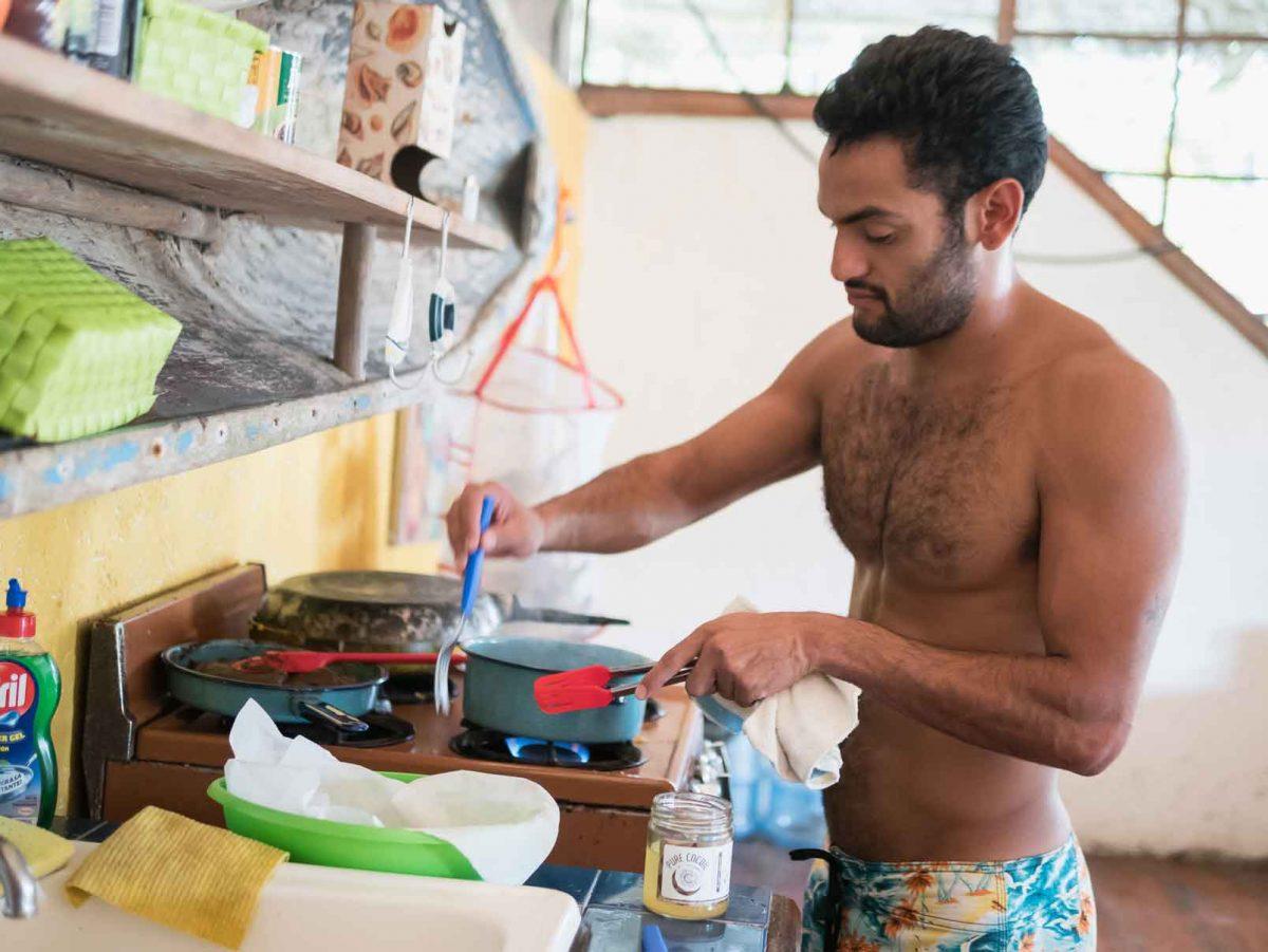 Javier preparando el desayuno en Utepi Beach