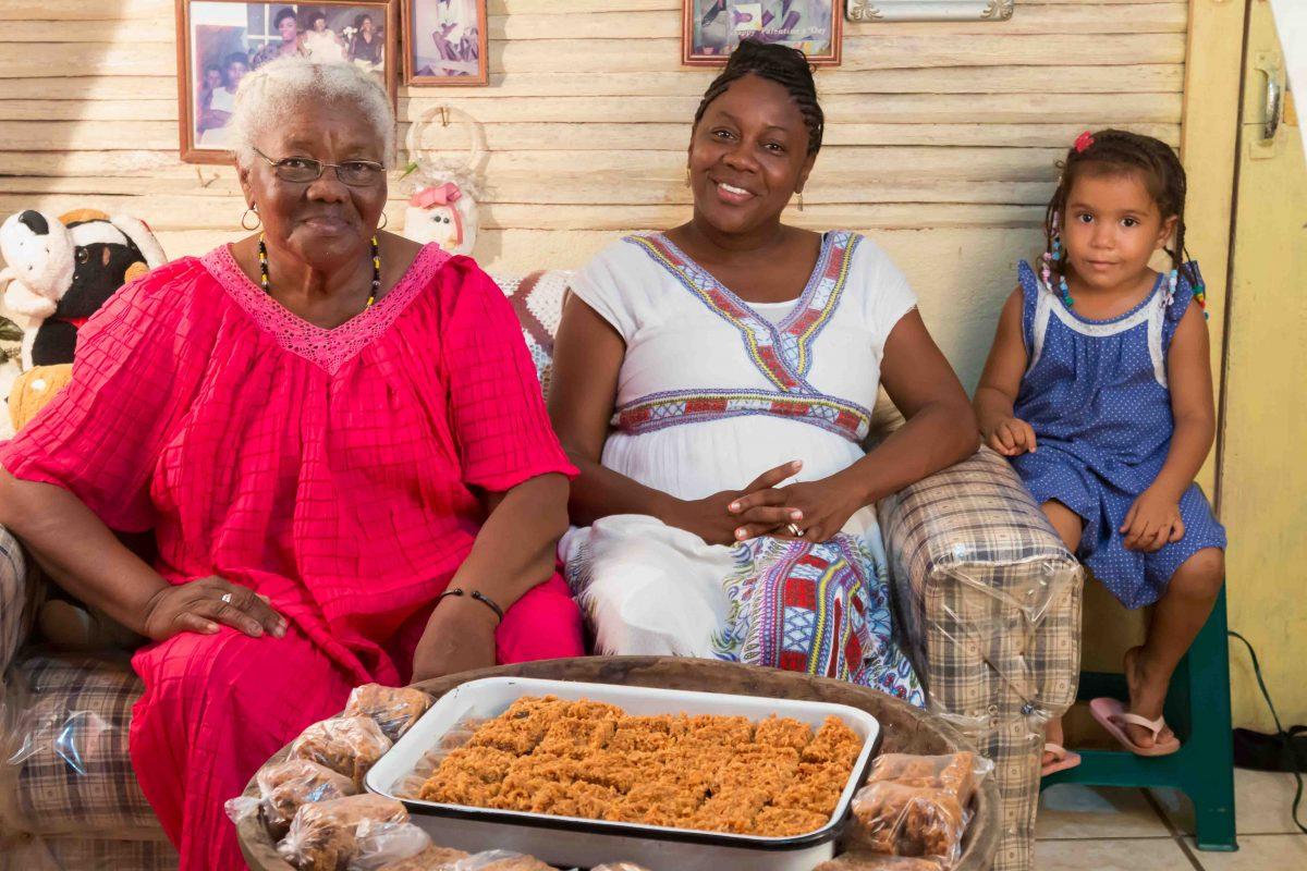Dianita con su madre e hija
