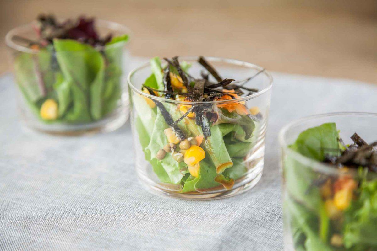 Puedes emplatar tu ensalada en vasos pequeños de cristal