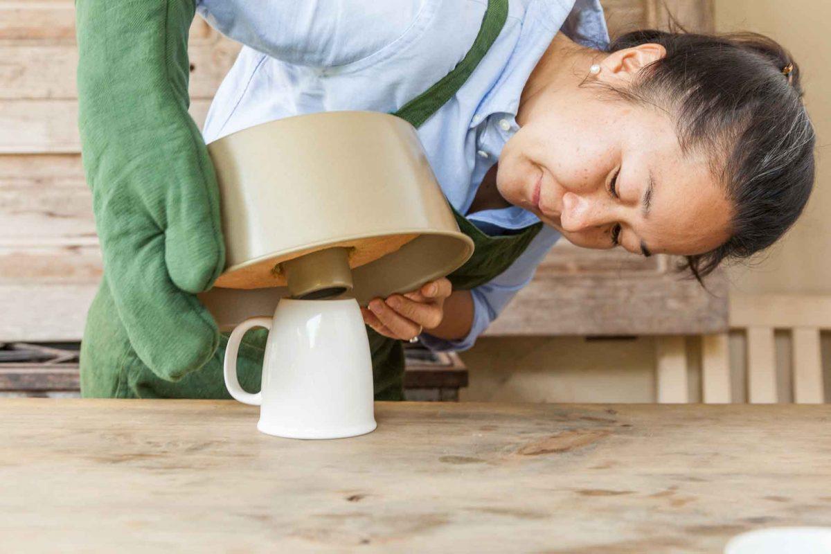 Utiliza una taza para sostener el pastel en lo que se enfría